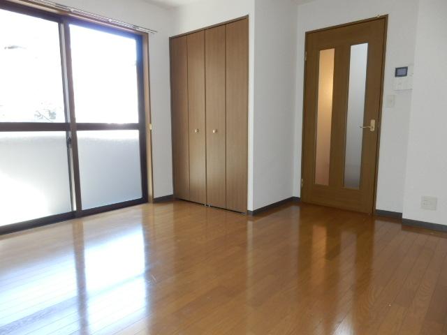 グランドール武蔵浦和 302号室のリビング