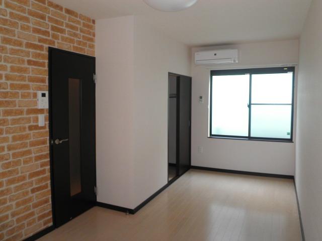 ラトゥール桜丘 202号室のリビング