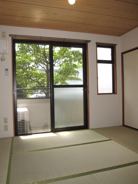 ヒルズ中央 B 202号室の居室