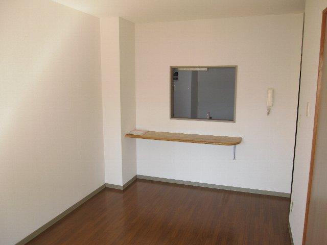 ロイヤルヒルズ 505号室のリビング