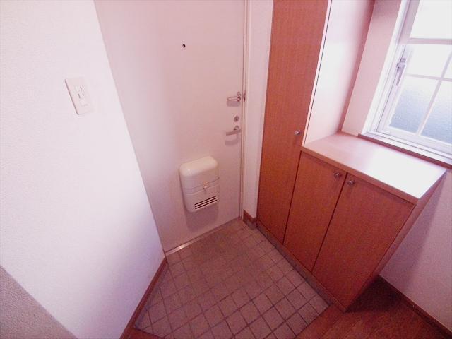 クレセント C 203号室の玄関