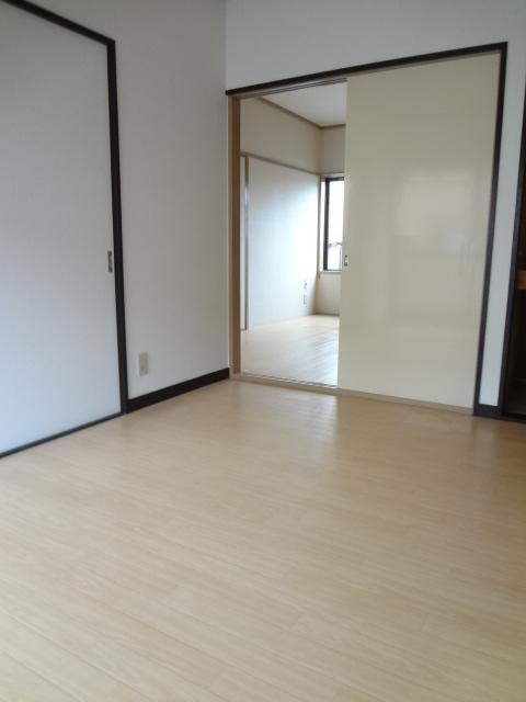 岡野マンション B-102号室のリビング