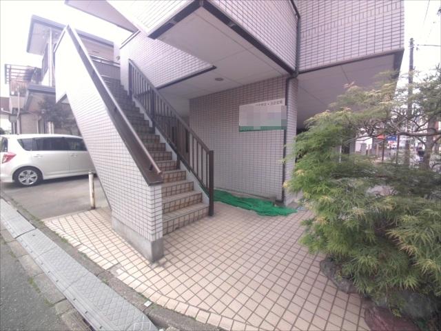 寺山マンション 303号室のエントランス