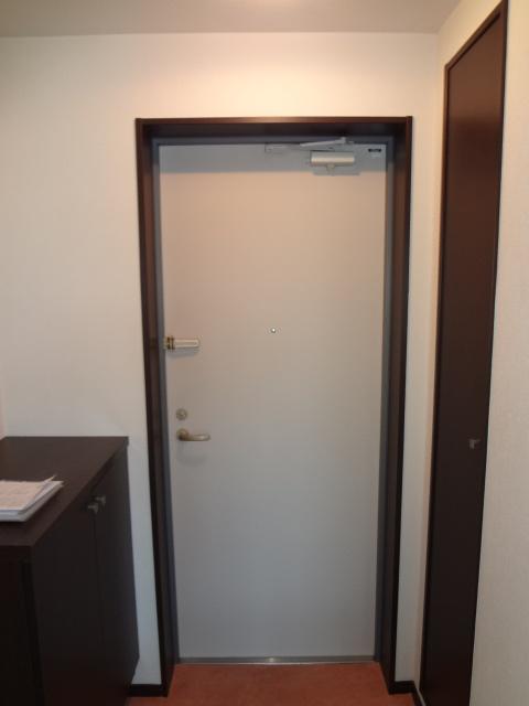 フローラ 301号室の玄関