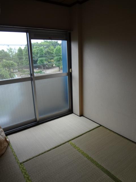 マンション新井 302号室の居室