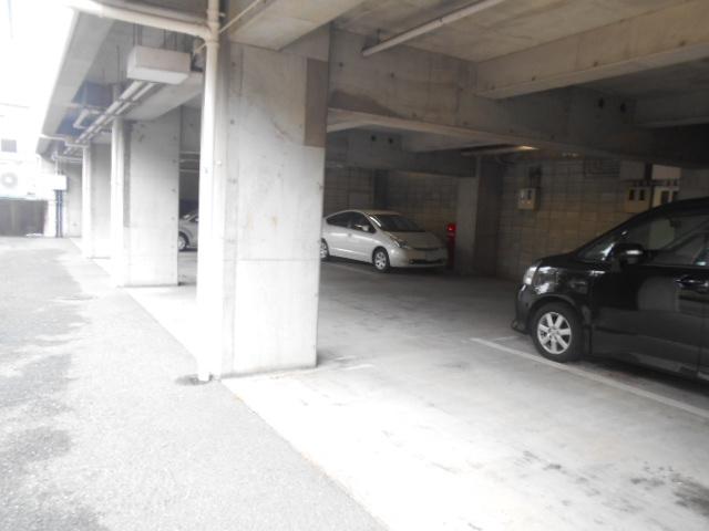 ドゥエル聖蹟 405号室の駐車場