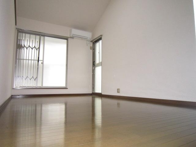 三松ハウス 205号室のリビング
