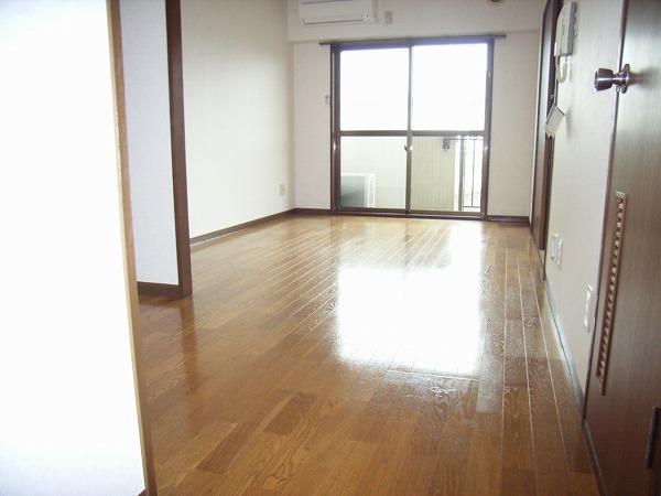 グランドーネ中山 305号室のリビング
