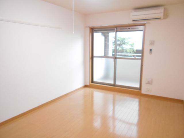 プレ・アビタシオン春日部Ⅱ 01050号室のリビング