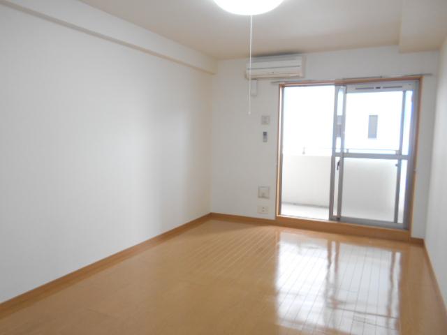 プレ・アビタシオン春日部Ⅱ 02040号室のリビング