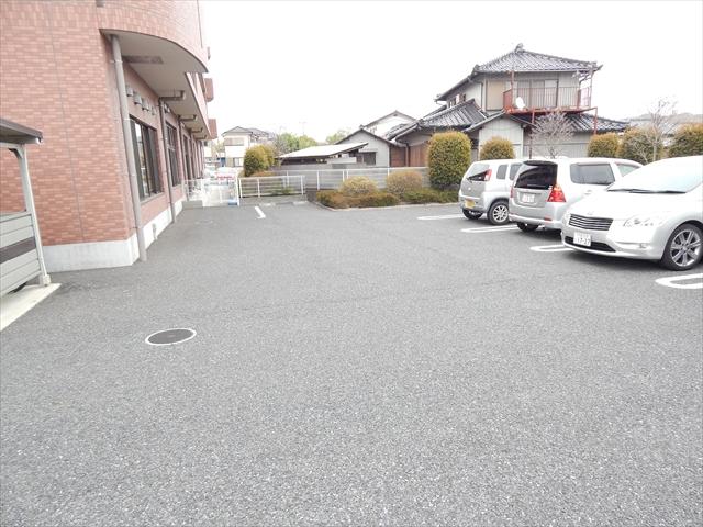 キュ-ズ・エスポワ-ル 02050号室の駐車場