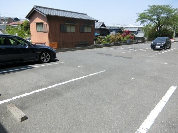 ヌーベルバーグ 302号室の駐車場