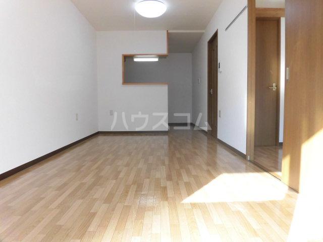 シンフォニーマルナカ 00102号室のリビング