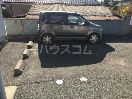 シャンプル中村 201号室の駐車場