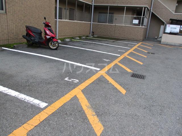 スタースクウェア 203号室の駐車場