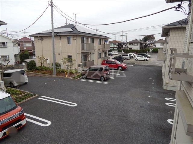 グリシーヌC 201号室の駐車場