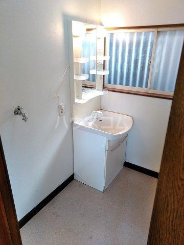薄谷貸家の洗面所
