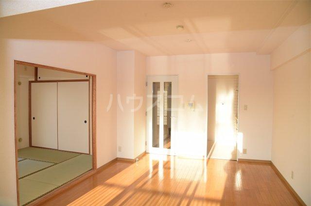 蕨スカイマンション 608号室のリビング