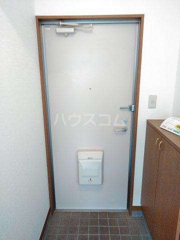 シャルモアM 203号室の玄関