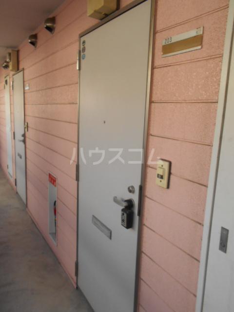 埼大前小鳩ハイツ 桜草 205号室のエントランス