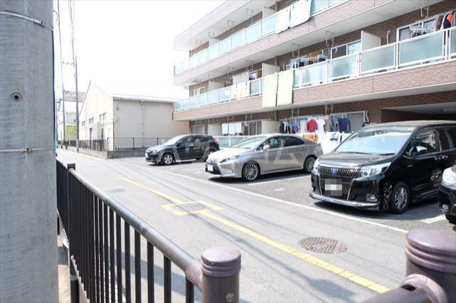 カーネスマンション 301号室の駐車場