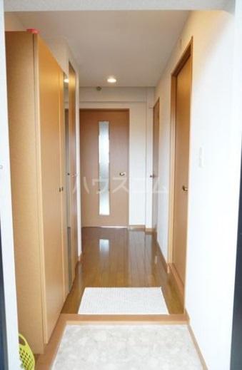 シャルム空港南 203号室の玄関