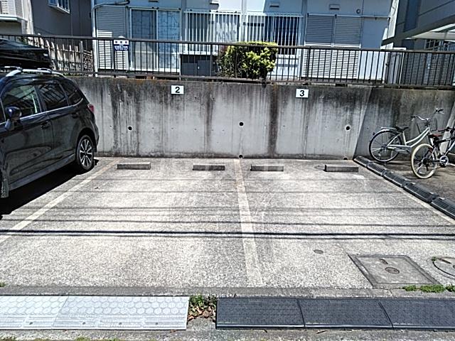 プライムガーデン仲町台A棟の駐車場
