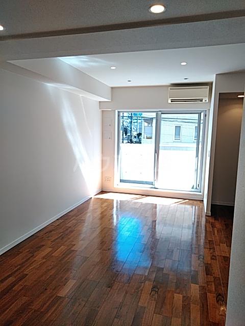 アパートメンツ駒沢大学 206号室のリビング