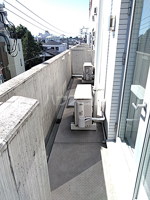 アパートメンツ駒沢大学 401号室のバルコニー