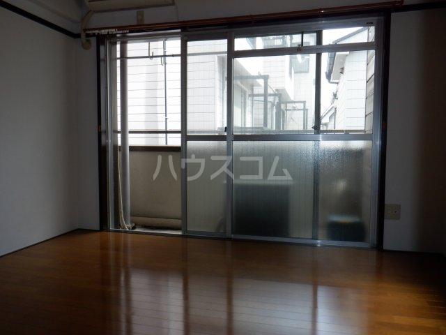 岡本マンション 303号室のリビング