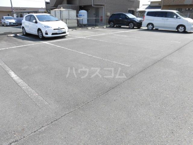 フォーシーズン 202号室の駐車場