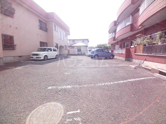 岡野マンション B-102号室の駐車場