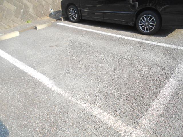 ノーブル貝取 302号室の駐車場
