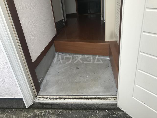 プチメゾン 102号室の玄関