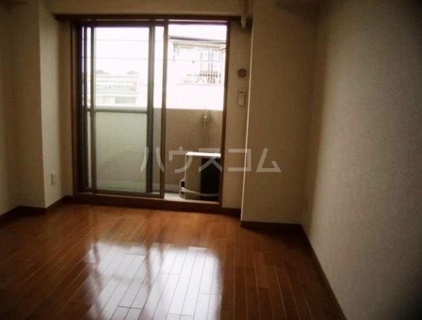 ロアール目黒本町 402号室のリビング