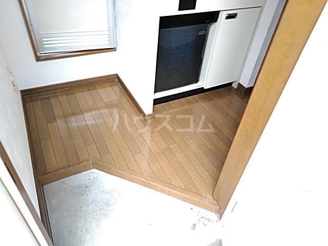 三松ハウス 201号室の玄関