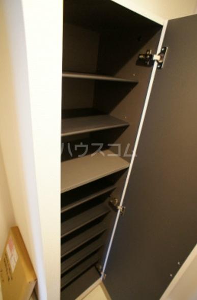 リブリ・グレーヌ 201号室の玄関