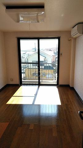グランドプレミールSAKAWA 302号室のリビング