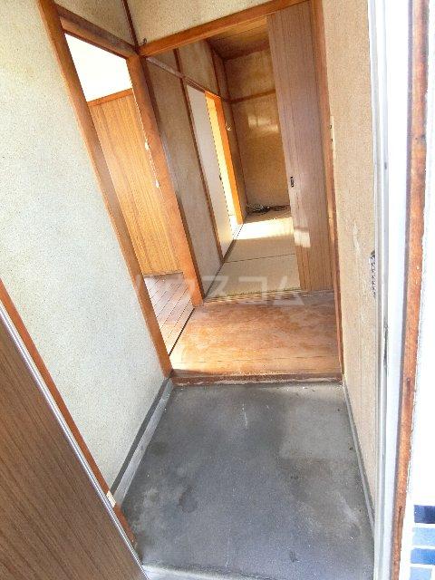 丸源荘 202号室の玄関