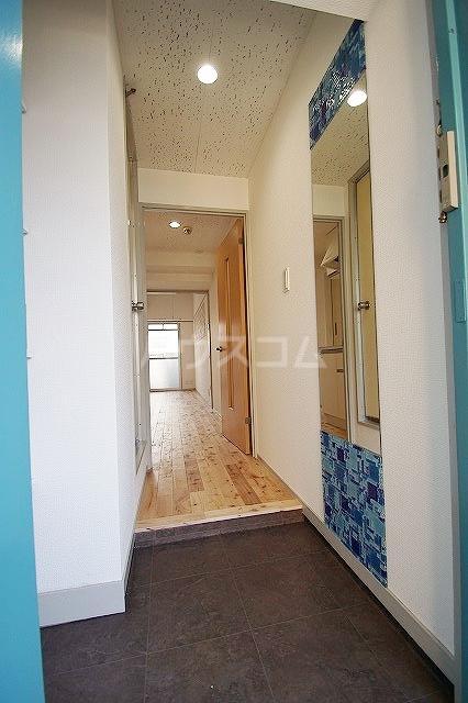 アバンダント85 201号室の玄関