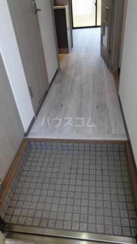 Y's court 302号室の玄関