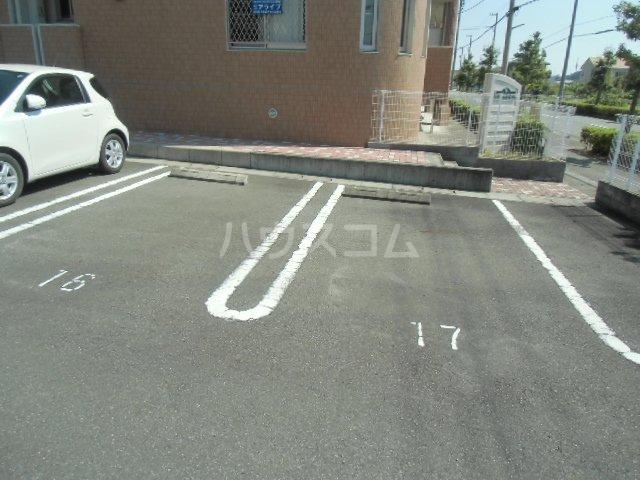 アイヴィ 102号室の駐車場