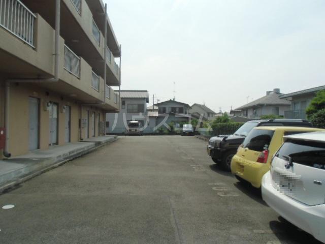 ヒルズM&O 106号室の駐車場