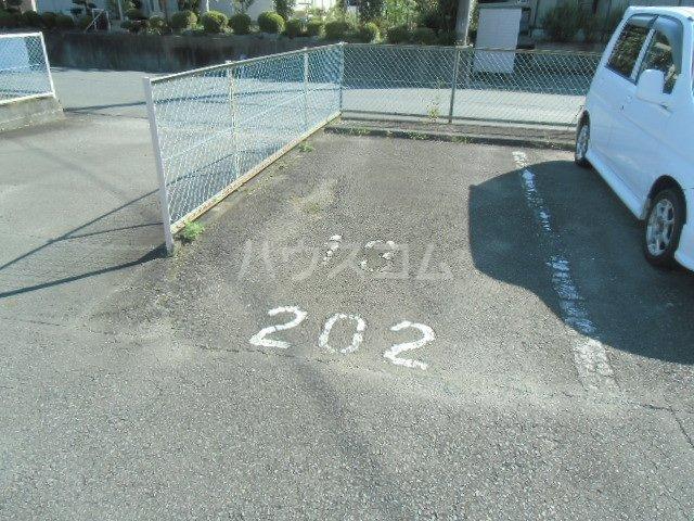 ドミ美 205号室の駐車場