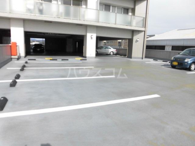 スマイルパークトダビル レジデンス 505号室の駐車場