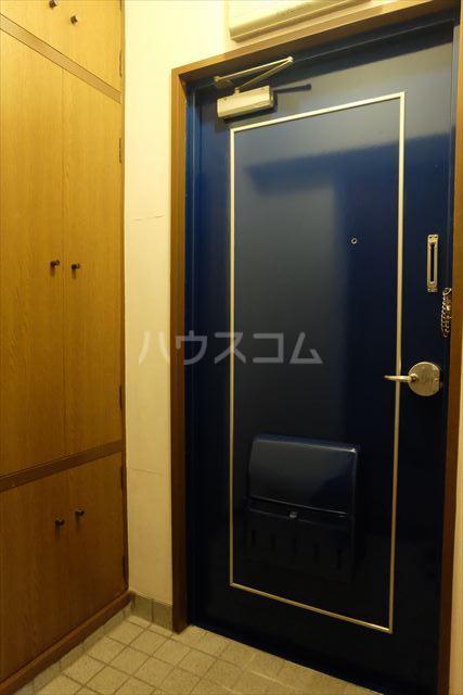 メゾンタカキュー 302号室の玄関