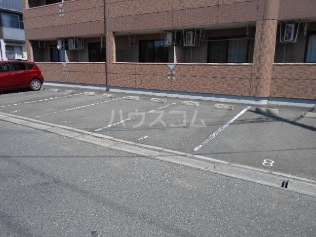 クレバー 103号室の駐車場