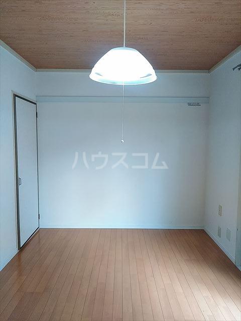 ドミール神明 102号室のリビング