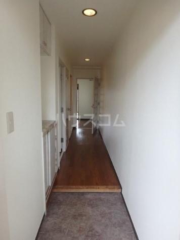 ファミール三田 203号室の玄関
