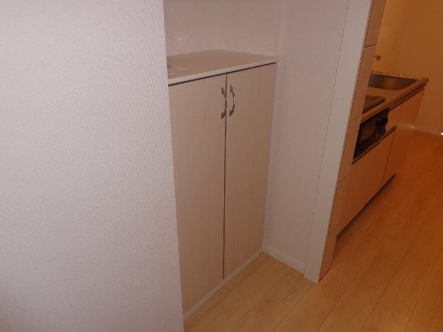 ベース新田南 00102号室の玄関